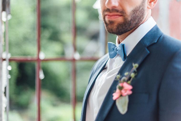 Junge Liebespaar Der Brautigam Im Dunklen Anzug Und Fliege Und