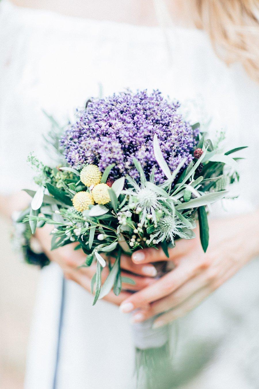 Naturlich Schon Mit Echten Blumen Im Haar
