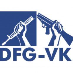 Das blaue DFG-VK-Logo zeigt zwei Hände, die ein Gewehr zerbrechen.