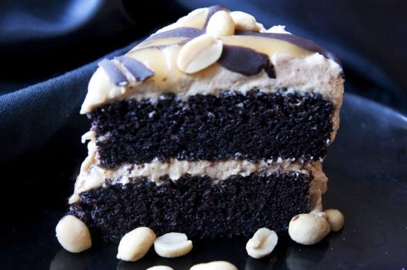 Mørk sjokoladekake med peanøttsmørkrem!