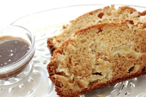Apple Caramel Amish Friendship Bread |Reminiscent of candied apples at Halloween and summertime fairs. | www.friendshipbreadkitchen.com #amishfriendshipbread #friendshipbread #dessert #halloween