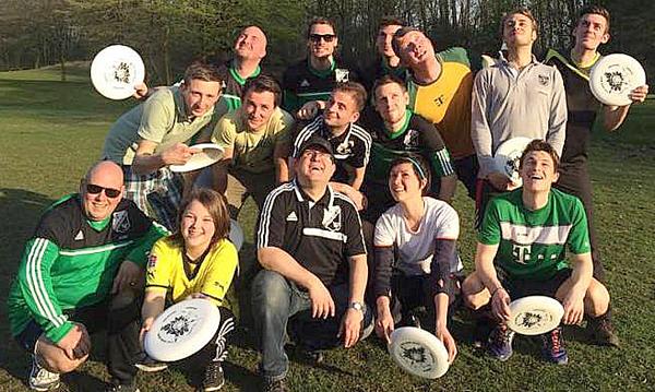 Fußballer und Discgolfer von GW Kley kamen zum ersten Trainingsangebot von maria Seewald (unten 2. v. r.).
