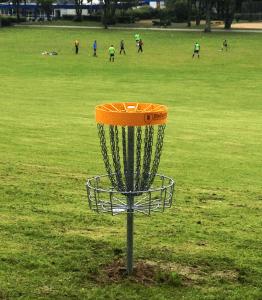 Die Hobbykicker störten beim Bespielen der Discgolf-Anlage im Gysenbergpark nicht.