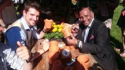 Florian Molzahn und Prashant Jasiwal beim Töpfebemalen