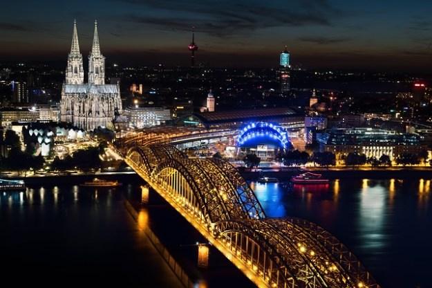 Kölner Dom und Deutzer Brücke – Hier feiert die Tuppertante Karneval