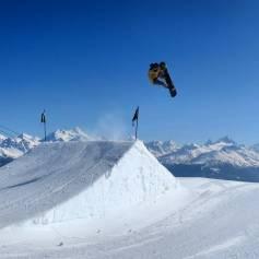 Perfect day with a big crew !Rider @laurent5_4 📷 @guillaumefsk #frisek #frisekteam #snowboard #cransmontana #snowboarding #air #shred #switzerland #bigair #sweet #winter #snow #mountain #rocknroll #orgasm #adrenaline @cransmontanaparks