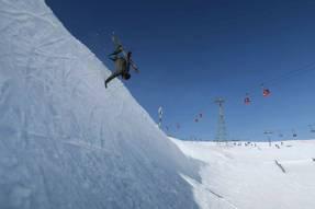 @kbgh handplant all day! What a weekend! 📷 @guillaumefsk@cransmontanaparks #frisek #frisekteam #snowboard #cransmontana #snowboarding #shred #handplant #switzerland #rocknroll