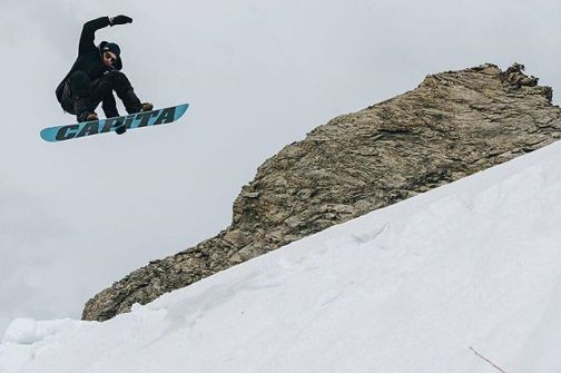 A last flight to celebrate the friendship and joy provided at the end of the season at the Bord de Piste invitational by TeamPlanach in Champéry!But what end of season?Thx @klorklor for the 📷..............#frisek #snowboarding #borddepiste #borddepisteinvitational #springsession #champery #planachaux #portesdusoleil