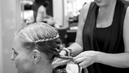 Ekaterina flechtet Haare.
