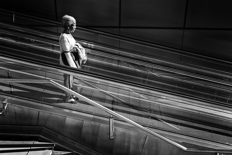 Street photographer friso kooijman fotograaf Amsterdam Nederland Netherlands zwart wit black white older lady subway metro lines escalator