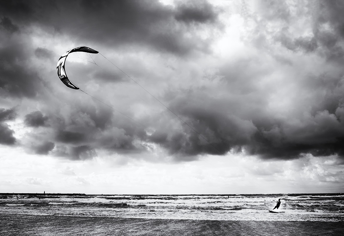 Street photographer friso kooijman fotograaf Amsterdam Nederland Netherlands zwart wit black white straatfotograaf urban sports kite surfing surfer surf sport wind sea waves champion world champions water
