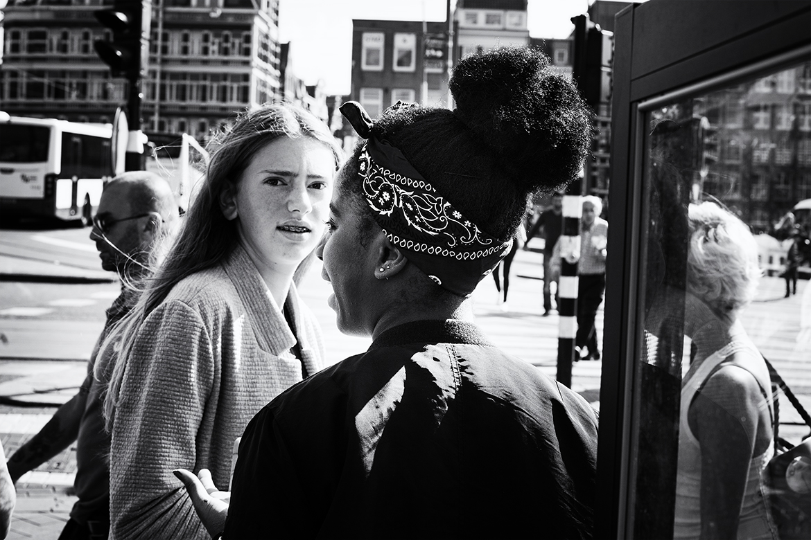 Street photographer friso kooijman fotograaf Amsterdam Nederland Netherlands zwart wit black white girl youngsters puberty girls
