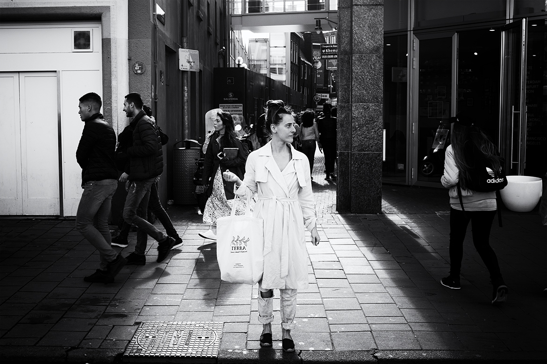 Street photographer friso kooijman fotograaf Amsterdam Nederland Netherlands zwart wit black white