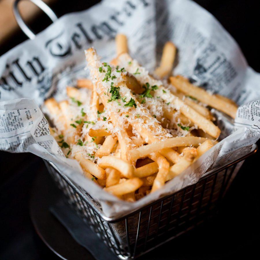 Comment faire des frites sans friteuse ? (4 solutions)