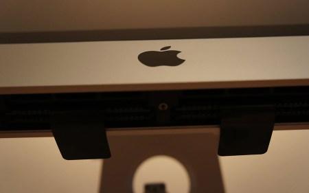 Das sind die Laschen, nicht die Zähne des iMac. ;-)