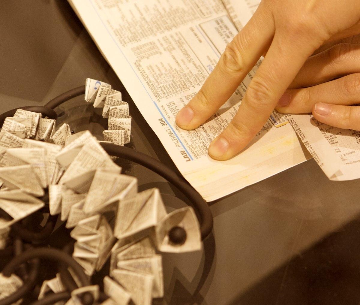 """La linea """"Chiamata persa"""" nasce piegando a origami vecchie pagine degli elenchi telefonici"""