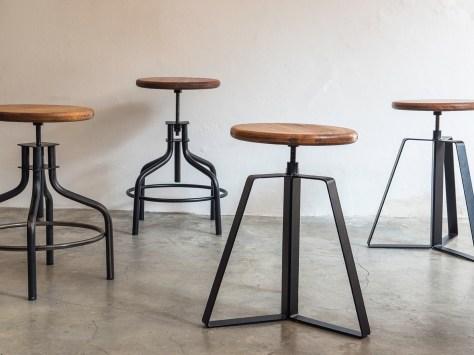 """Studio 900 Design, collezione Palation, """"Atelier"""", sgabelli in ferro, regolabili in altezza, con sedute in sono realizzati in legno antico di quercia, castagno o pino (courtesy Studio 900 Design)"""