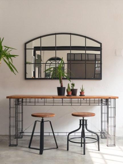 """Studio 900 Design, collezione Palation, """"Vetrata"""", specchio con cornice in ferro; """"Griglia"""", tavolo in ferro e legno antico di quercia o di noce; sgabelli """"Aterlier"""" (courtesy Studio 900 Design)"""