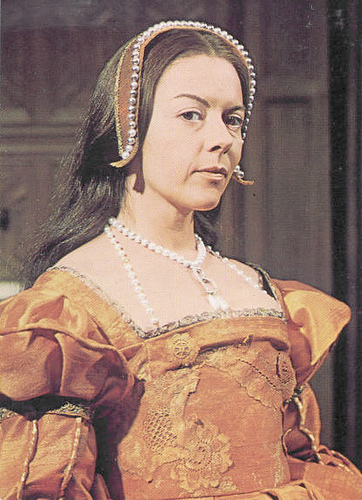 "Dorothy Tutin as Anne Boleyn. Look, it's called a ""French Hood"" for a reason. Where's the hood??"