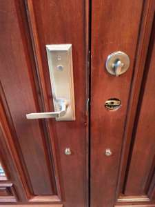 Carle Place locksmith install a lock