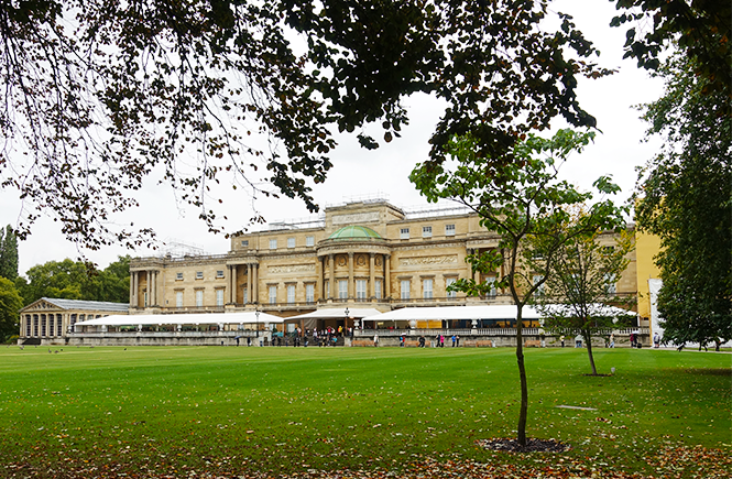 Photo of the rear of Buckingham Palace from across the garden.
