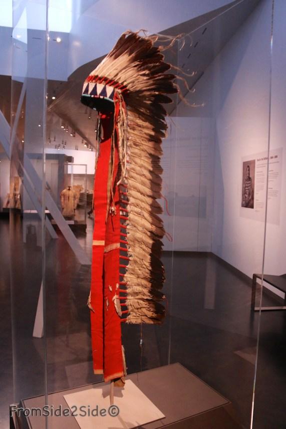1865 Teton Sioux : le grand chef Lakota portait cette coiffe. (collectio du musée du Quai Branly)