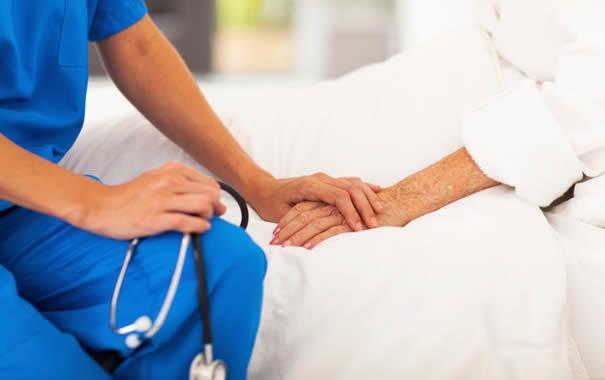 enfermera cogiendo mano de paciente