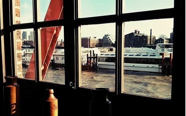Vistas del río Támesis desde el restaurante del The Captain Kidd