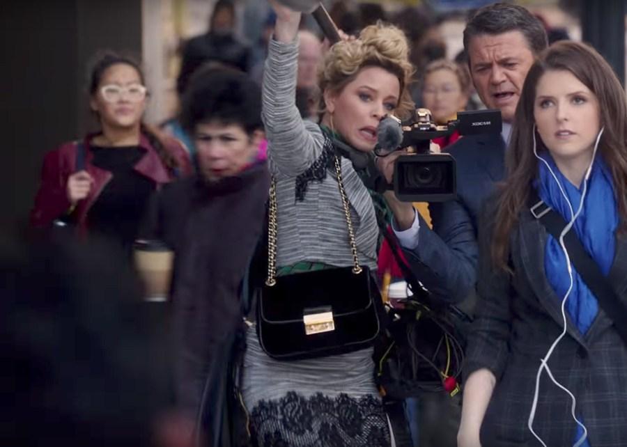 Shoulder bag Elizabeth Banks in Pitch Perfect 3 (2017)