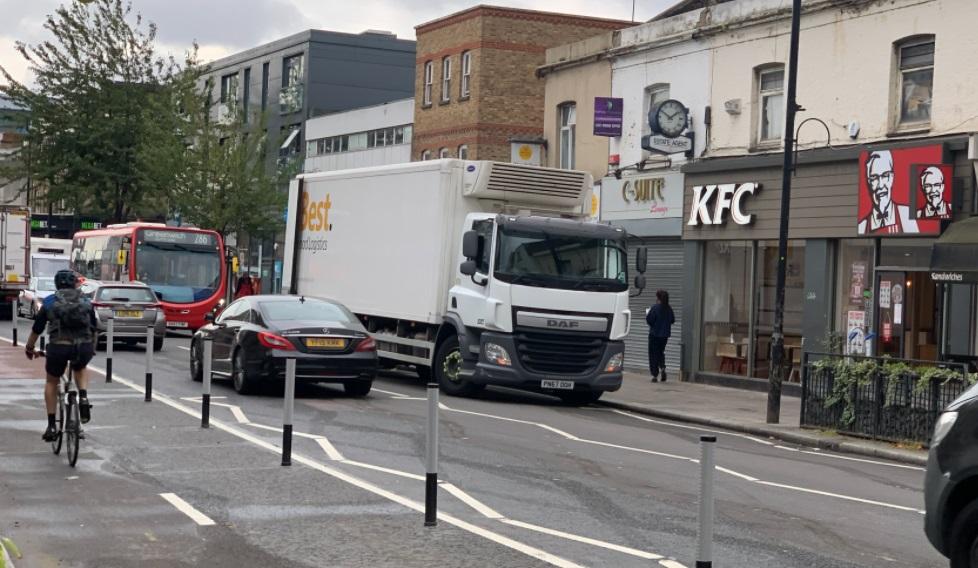 Teething troubles in Greenwich: Loading blocks the road