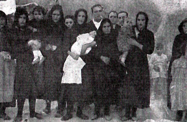 Grupo de mujeres y niños, familiares de los asesinados en Casas Viejas, aparecida en el Diario de Cádiz en febrero de 1933. Foto: Leonardo (Leonardo Zambonino Cano, fotógrafo masón asesinado en el verano de 1936)