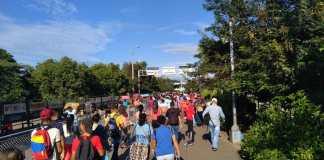 Un puente atestado de venezolanos se observó este martes.