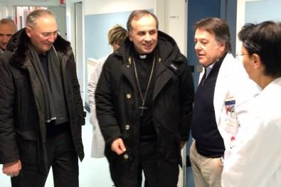 Mons-Domenico-Pompili-visita-Ospedale-Amatrice-02