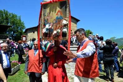 DSC_0048 - apre la processione lo stendardo di Vallececa