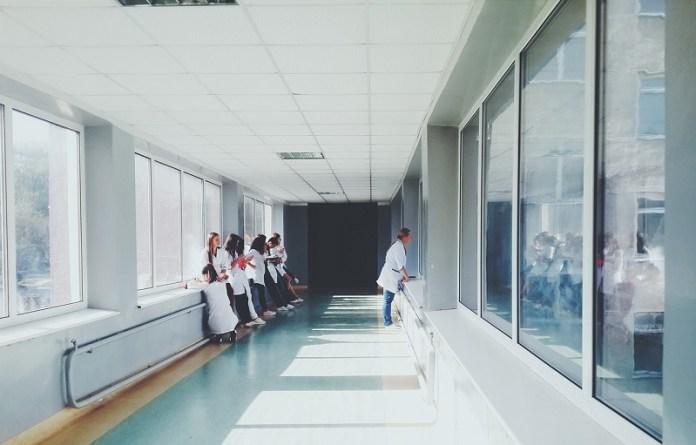 Italiaanse verpleegkundigen weigeren niet-aansprakelijkheid disclaimer van Pfizer te ondertekenen