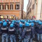 Covid, a Roma la protesta di 'IoApro': bombe carta contro la polizia, agente ferito.