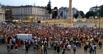 """I no green pass tornano in piazza a Roma: """"Il virus siete voi, noi siamo il vaccino""""."""