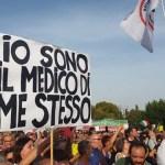 """Migliaia di No Green pass in piazza San Giovanni a Roma: """"No a dittatura sanitaria""""."""
