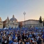 """Roma, bagno di folla per Calenda: """"Andremo al ballottaggio con Gualtieri e vinceremo""""."""