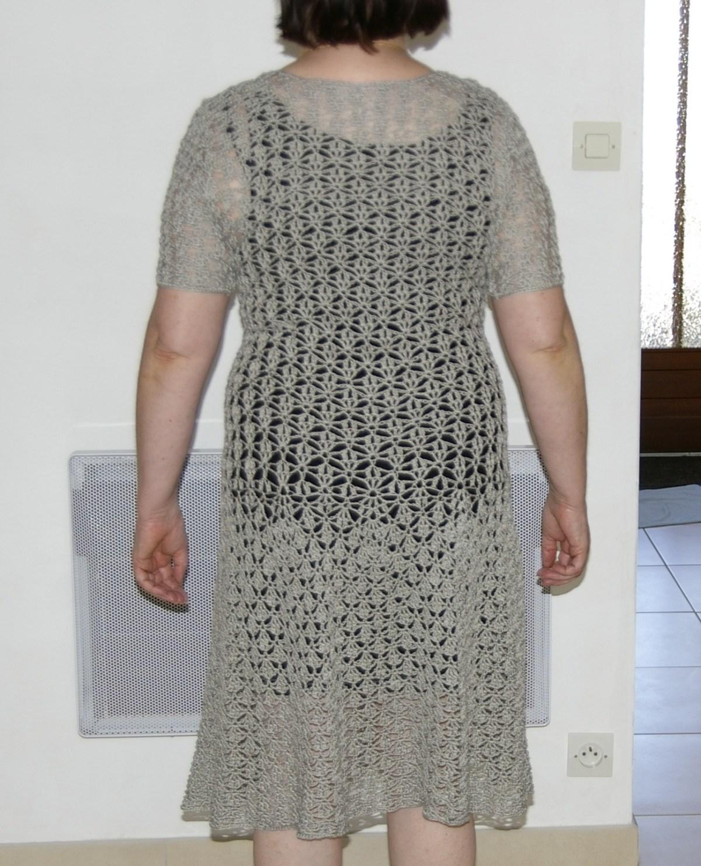 Il faudra porter cette robe sur un fond de robe.