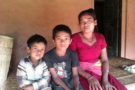 """Je suis devenue """"Marraine"""" du petit Sabin Sharan 7 ans. Ici, il est avec son frère Ram et leur maman."""