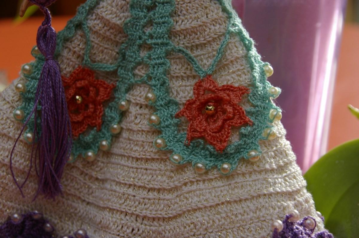 L'appliqué en dentelle de Bruges. J'ai voulu les fleurs dans une couleur différente.