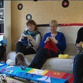 Nieuil-l'Espoir (86) : elles veulent tricoter l'écharpe la plus longue du monde - France 3 Poitou-Charentes