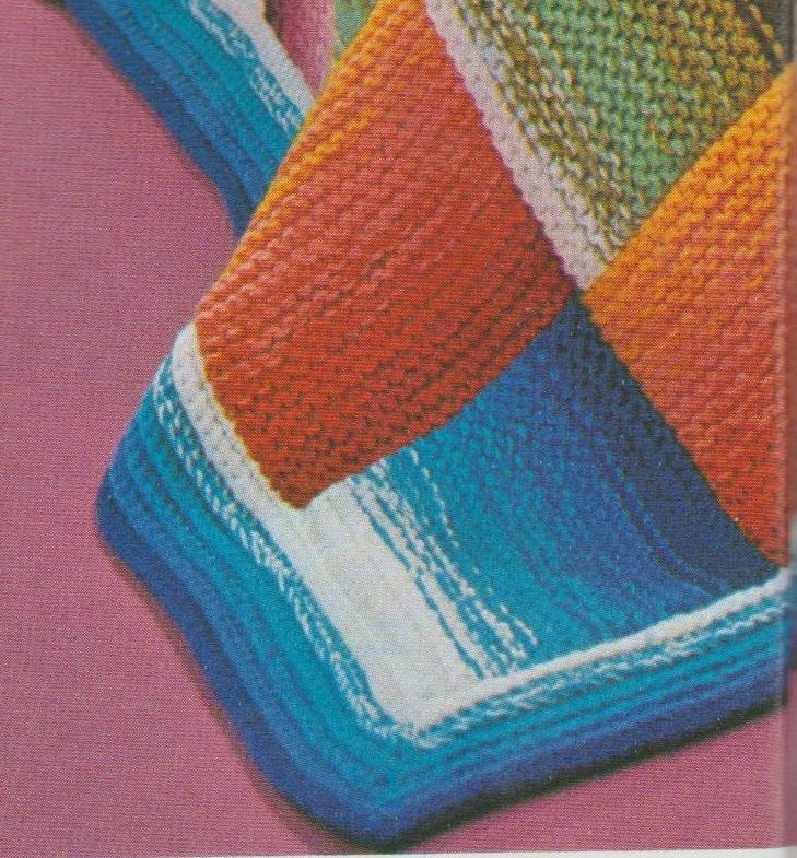 La bordure, travaillée au crochet dans un camaïeu de bleu