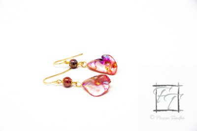 red lagoon mother-of-pearl nugget earrings in gold