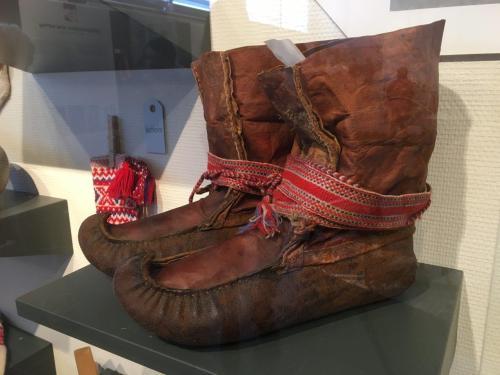 Alles heeft een functie. De handgewoven band in de typisch Samische kleuren houdt de sneeuw uit de schoen en de gekrulde punt functioneert als skibinding op de langlaufski's. Foto: Fru Amundsen ©