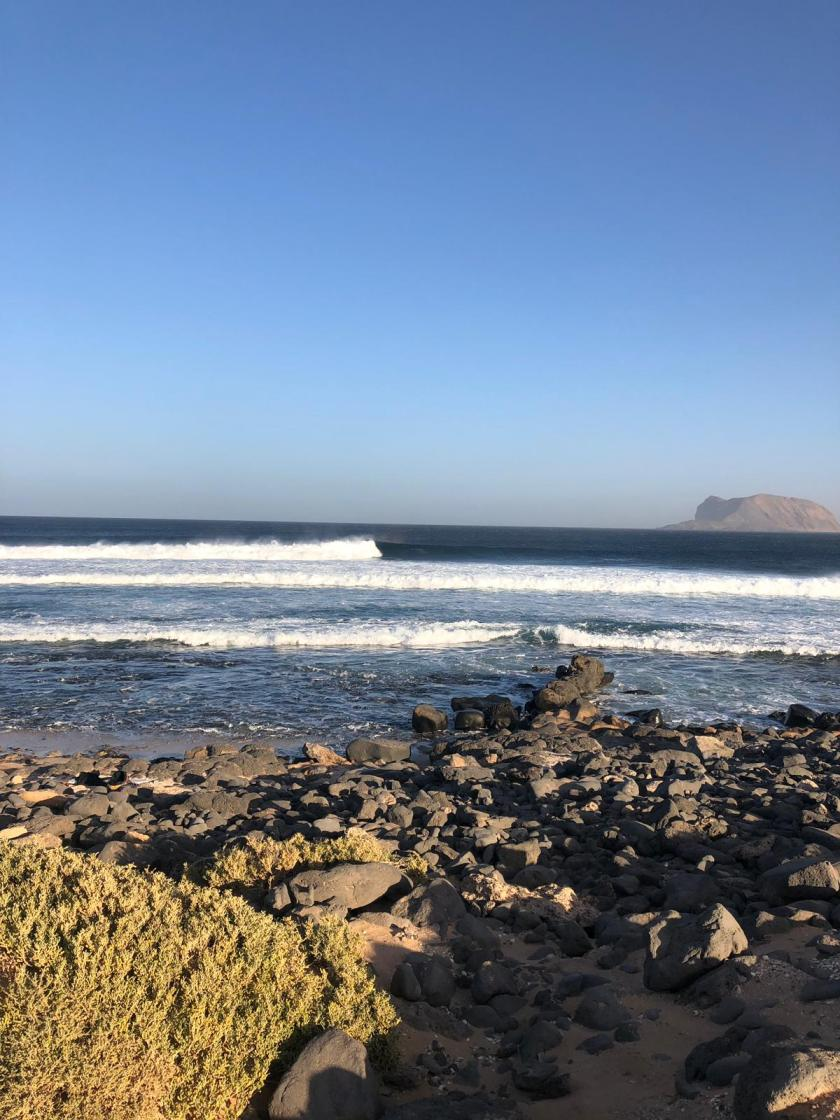 """Hoy @p3ib Pablo del @frussurf tean se ha acercado a la ola del Corral en La isla de la Graciosa de Lanzarote. El baño está muy complicado porque hace muchísimo viento de unos 70/80 km/h. La altura de las olas para hacernos una idea es de 1.5 m. """"Canarios"""" y está muy potente, esta ola se surfea a marea vacía pero ahora hay un poco de agua y no salen tubos."""