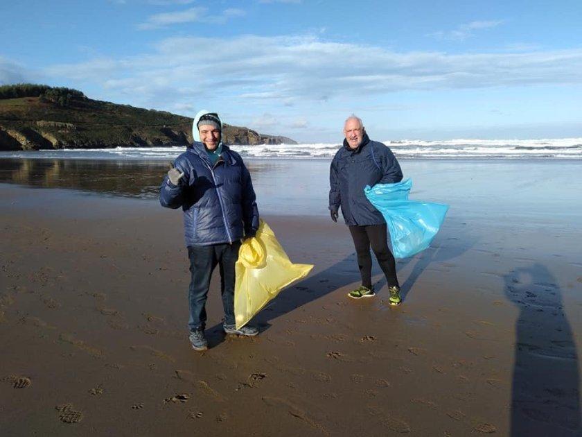 Limpieza de la playa de la arena en Muskiz Zierbena