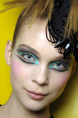 christian-lacroix-fall-2008-haute-couture-graphic-eyeliner-makeup