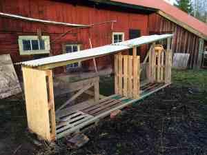 Här är mitt vedskjul som jag byggt av begagnade lastpallar och plåttak som blivit över. Kommer förhoppningsvis att vara fyllt när jag är klar med stockarna.